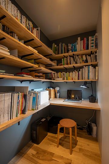 収納が機能的に計画された個室タイプのテレワークスペース。